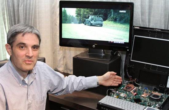 นาย David Cummings ผู้อำนวยการฝ่ายการจัดการเทคโนโลยีประจำแผนกจีพียูของ AMD กำลังสาธิตชิพ Southern Islands สำหรับโน้ตบุ๊ก