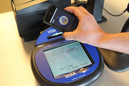 ภาพลักษณะการใช้งานมือถือ NFC กับเครื่องอ่านโดย Visa